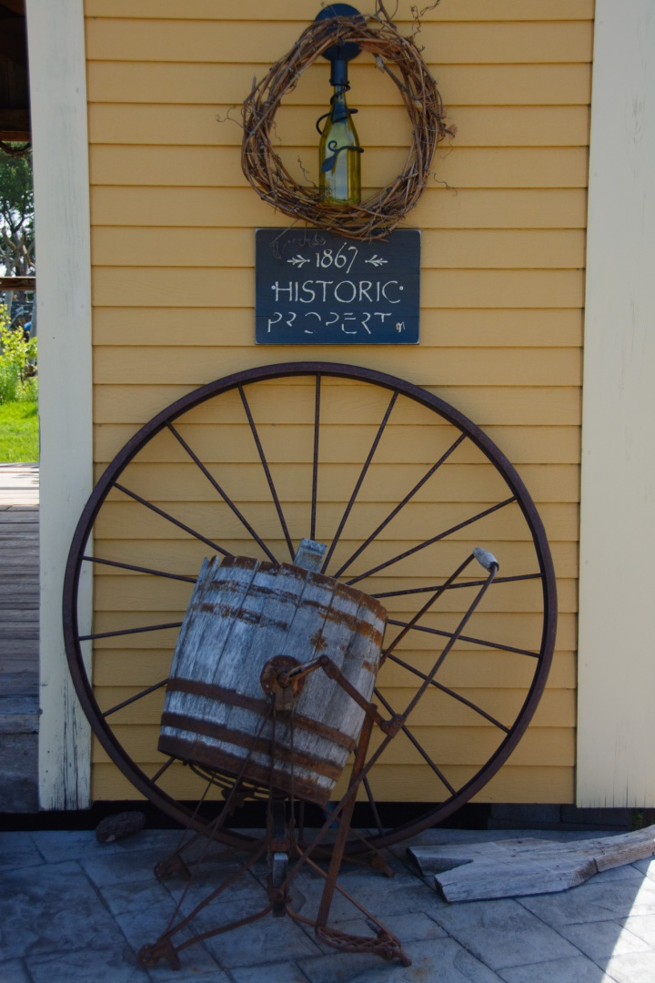 magnetic-hill-winery-and-bb-tasting-room-barn-sign