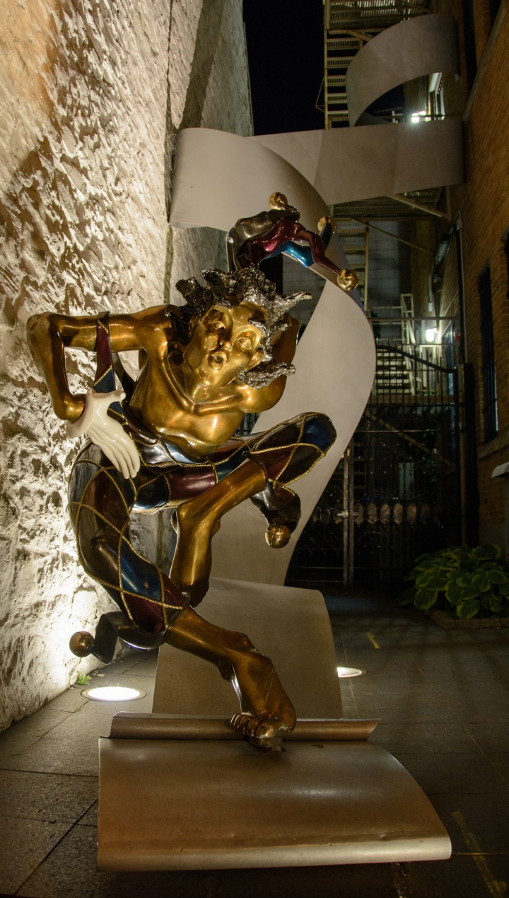 quebec-city-night-statue-1